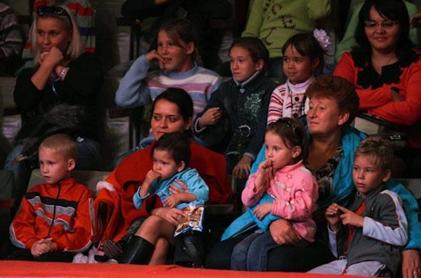 Детки смотрят с восторгом