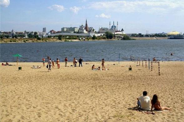 В Казани на пляже спасли двух тонущих женщин