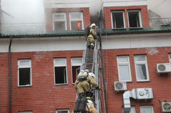 Шесть часов МЧСники тушили пожар на улице Островского в Казани