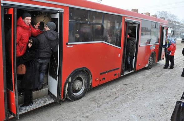 В Казани из автобуса по ходу движения выпала мать с ребенком