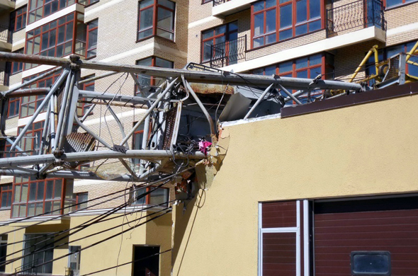 В Набережных Челнах упал башенный кран: тяжело пострадала крановщица